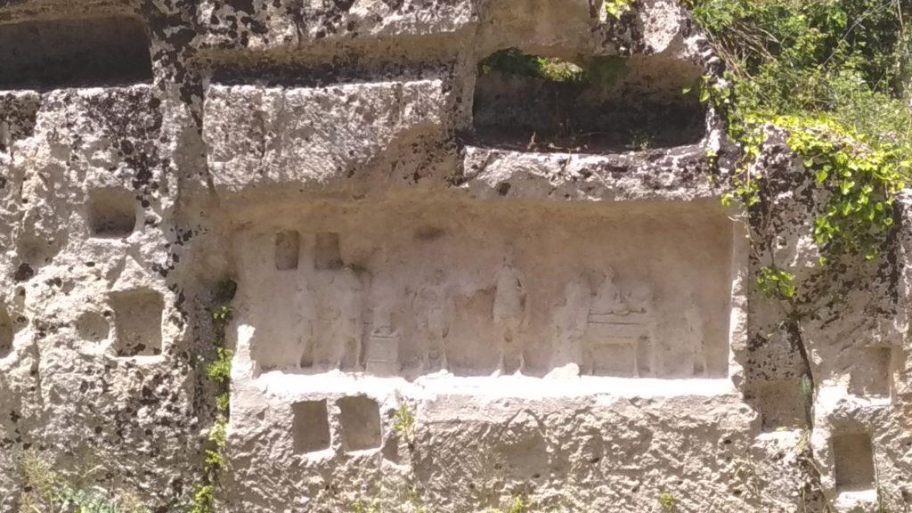 Sicilia Palazzolo Acreide bassorilievo latomie