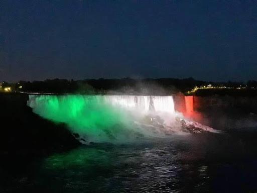 Bandiera italiana cascate del Niagara